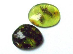 зеленый янтарь камень